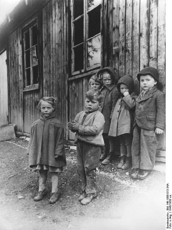German refugee children after the war - many people were incredibly poor, hunger common Bundesarchiv, Bild 146-1988-013-34A / CC-BY-SA 3.0