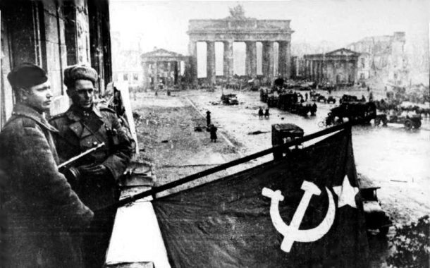 Soviet soldiers after the victory in Berlin 1945, Bundesarchiv, Bild 183-R77767 / CC-BY-SA 3.0